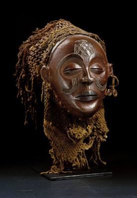 Máscara Mwana Pwo exibida num filme de Hollywood. Afinal, ela pertence a Angola ou RDC?