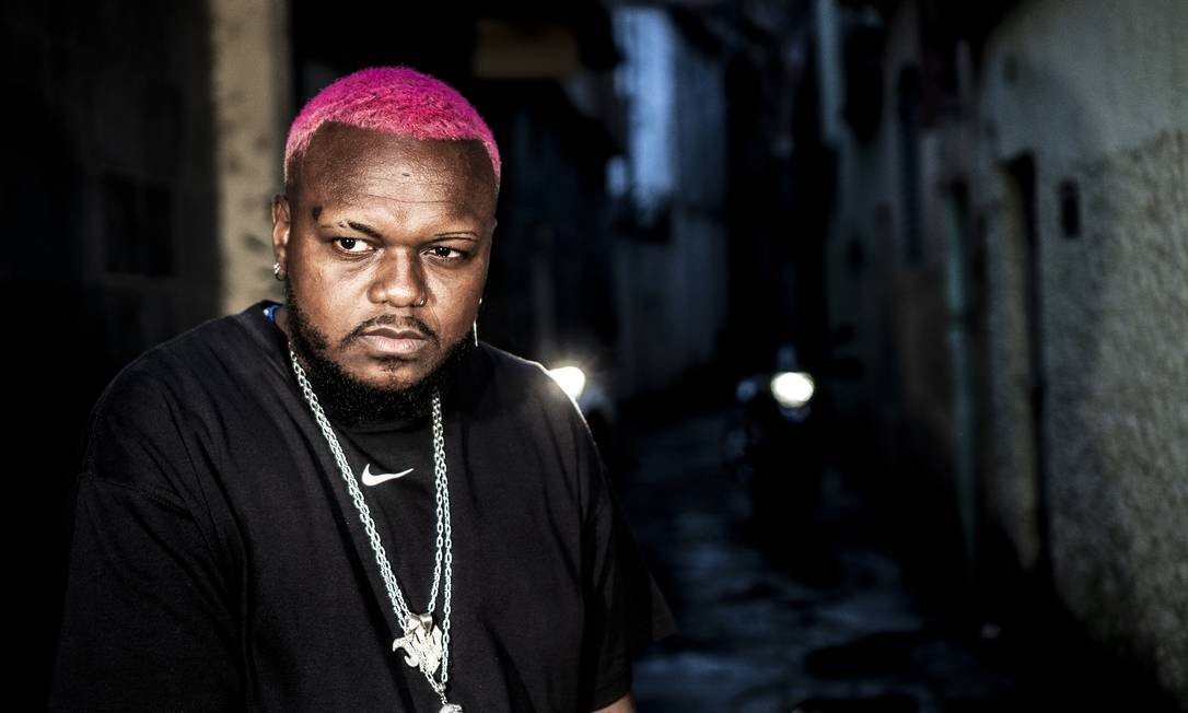 Fogo nos racistas: Bordão viralizado pela música de Djonga potencia merchandising do artista