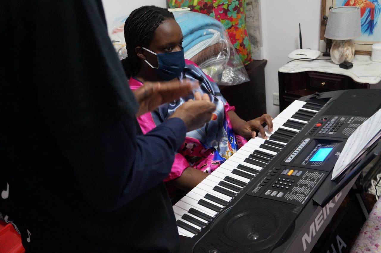 Do piano aos instrumentos de sopro: Adimaldo, o autodidacta que Tok'Aki