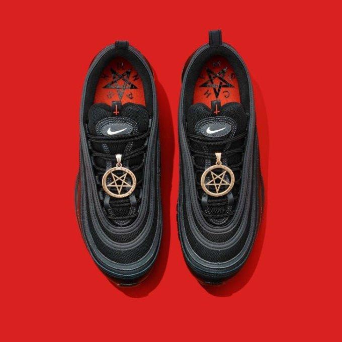 """Lil Nas X lança linha de ténis """" Satan Shoes"""""""